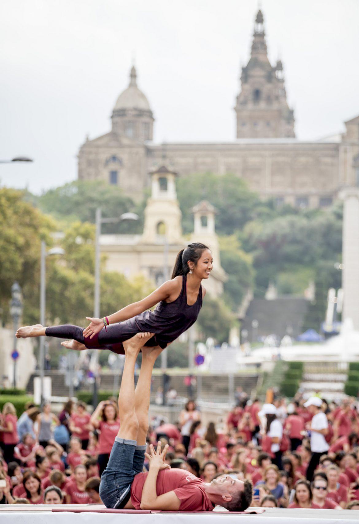 chica practicando yoga aéreo