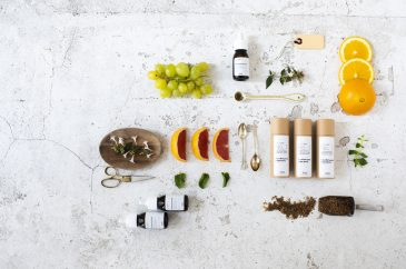 frutas y esencias sobre mesa