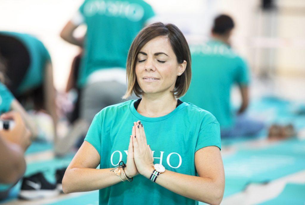 chica posición rezo yoga