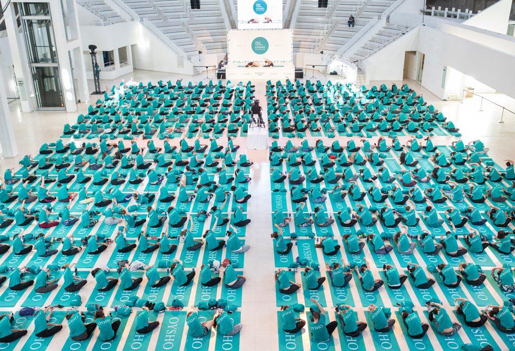 museo mnac con personas haciendo yoga